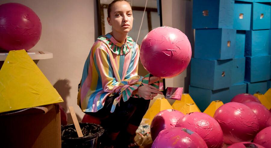 Emilie Helmstedt gør klar til at vise sit andet show til Copenhagen Fashion Week. Alle kræfter er trukket i brug så selv farmor og mormor står og maler i kulisserne.