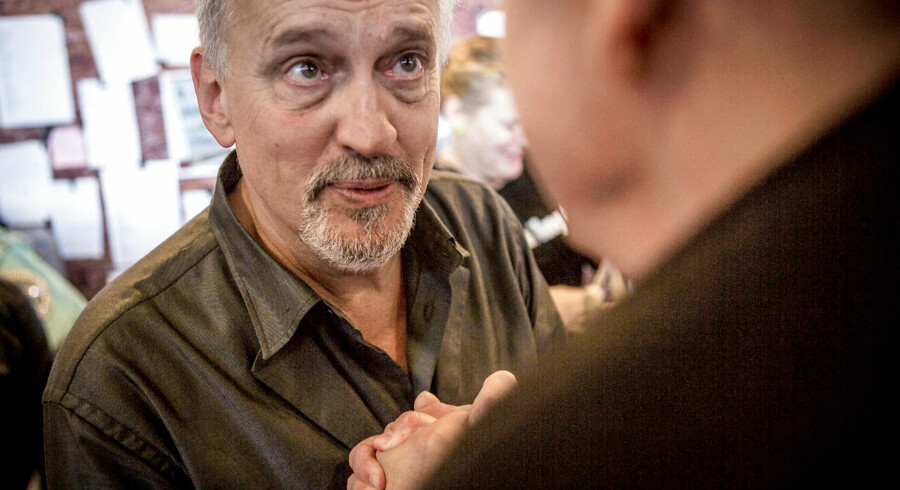 Jussi Adler-Olsen på bogmesse i Bella Center, hvor han trykker hånd med en læser. Han er, siger hans forlagsdirektør Lene Juul, god til både at møde sine læsere og til at møde pressen i ind- og udland. Han sælger mange bøger i Danmark, men mange gange flere i Tyskland, som er Europas største bogmarked.