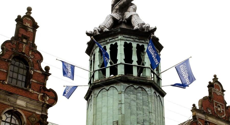 I et par måneder har Dansk Erhverv nu flaget med eget flag fra Børsbygningens tårn.