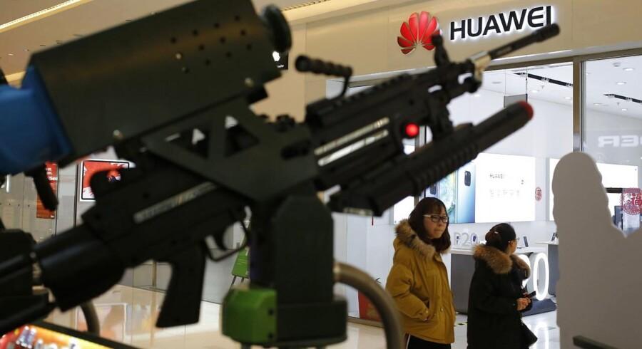 Den amerikanske regering sætter nu alt ind på at stække den kinesiske mobilgigant Huawei og Kinas plan om at blive verdensledende på teknologiområdet.