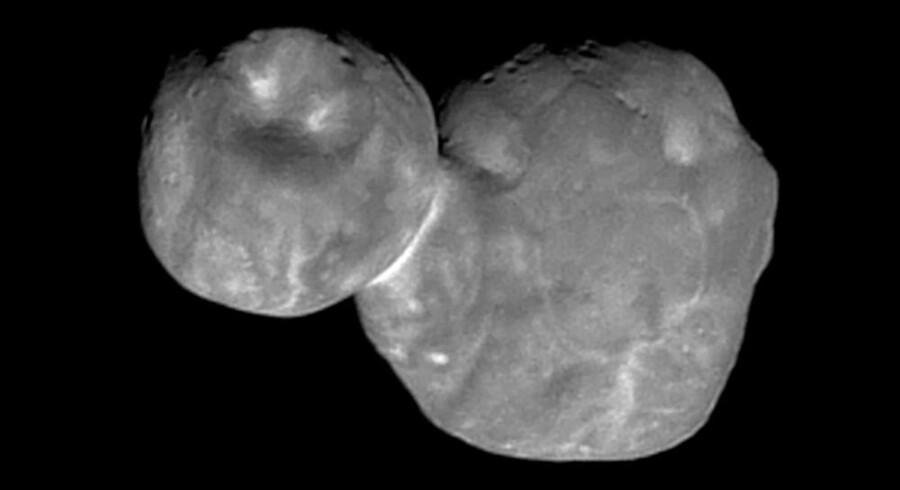 Ekstremt tæt på og alligevel uendelig fjern. Det cirka 33 kilometer lange sneholdige objekt Ultima Thule fotograferet på en afstand af 6.700 kilometer, men hele 6,5 milliarder kilometer fra Jorden.