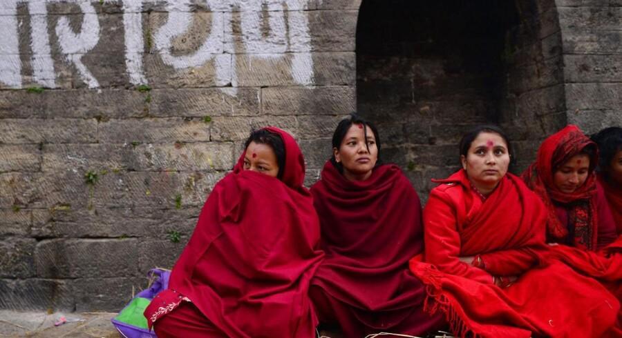 I visse dele af Nepal er det skik og brug at isolere kvinder og piger, når de er »urene«. Her ses dog deltagere til en hindu-højtid.