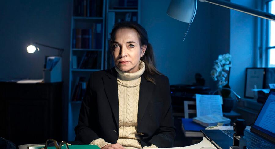 Advokat Helen Siegumfeldt, der leder Retshjælpen i Hillerød, mener, at advokaters faldende troværdighed skyldes, at de afviser for mange sager, som almindelige borgere kommer med, fordi der ikke er penge nok i dem. Hun mener, at advokater må strække sig længere for principperne. Foto: Niels Ahlmann Olesen