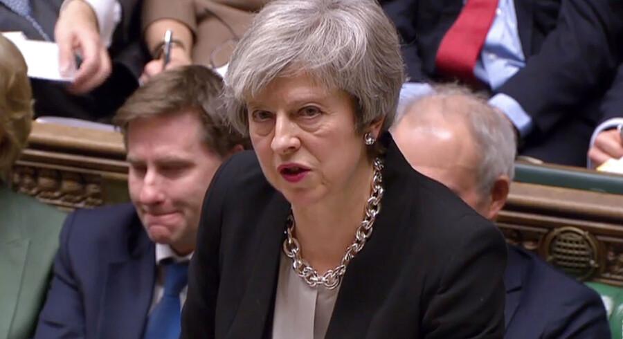 Theresa May lægger nu i parlamentet op til en Brexit-variant af tøsedrengsscenen fra filmen »Vildt Blod.« Hun truer EU med at crashe ud af EU i 2019. Foto: Ritzau Scanpix