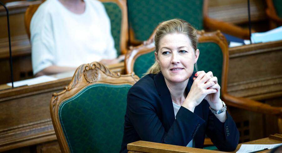 Socialdemokratiet stemmer for forslag om at sende kvoteflygtninge hjem og sætte integrationsydelsen ned.
