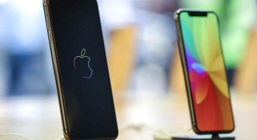 iPhone-priserne er blevet skruet op, fordi Apple ikke sælger så mange telefoner som tidligere. Nu rammer den stigende dollarkurs oveni og skaber ekstra problemer for salget. Arkivfoto: Armando Babani, EPA/Ritzau Scanpix