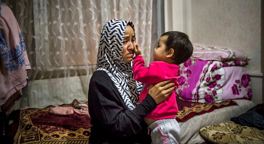 Meriyemgül Ablimit, 45 år, kom til Istanbul med Symeje – nu to år – i maven. Hun har efterladt sin mand og 15-årige datter tilbage i Xinjiang. Hun føler sig magtesløs og har lyst til at rejse tilbage for at se dem. Selv hvis det betyder, at hun bliver skudt.