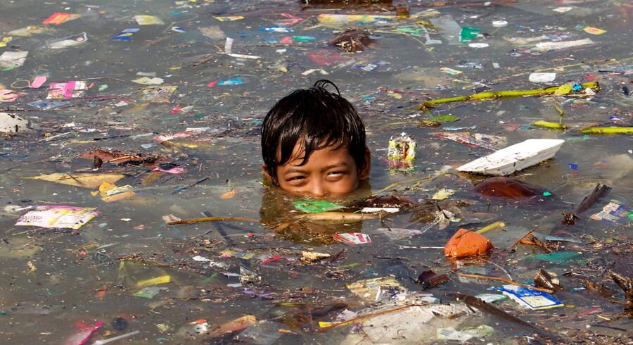 Forurening, mangel på rent drikkevand og klimaforandringer. Kloden har nok at slås med for tiden, hvilket har ført til en stærkt stigende efterspørgsel på produkter og løsninger, der kan skabe en mere bæredygtig verden. På billedet bader en filippinsk dreng i Manila-bugten.