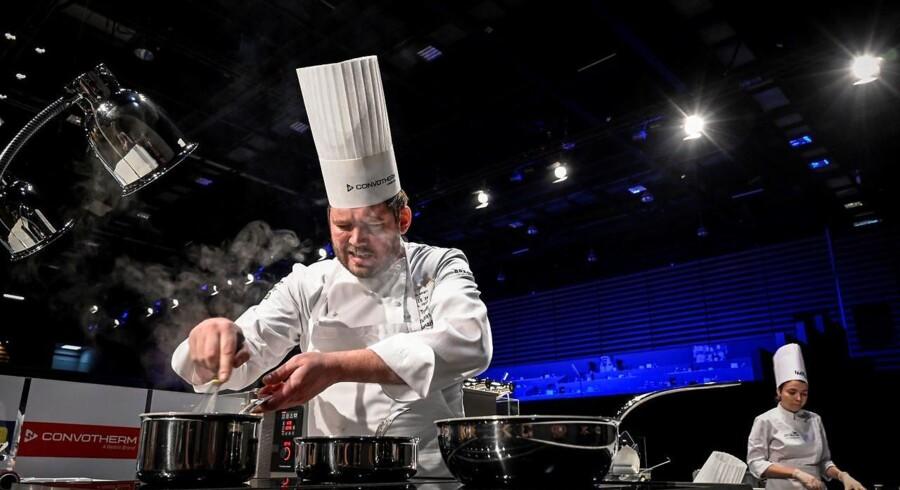 Kenneth Hansen tilberedte sin Bocuse d'Or middag allerede på konkurrencens førsate dag, tirsdag. (Photo by JEAN-PHILIPPE KSIAZEK / AFP)