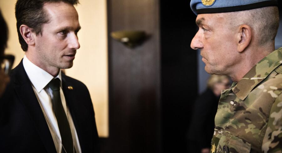 Generalmajor Michael Lollesgaard i samtale med daværende udenrigsminister Kristian Jensen (V). (Arkivfoto). Mathias Løvgreen Bojesen/Ritzau Scanpix