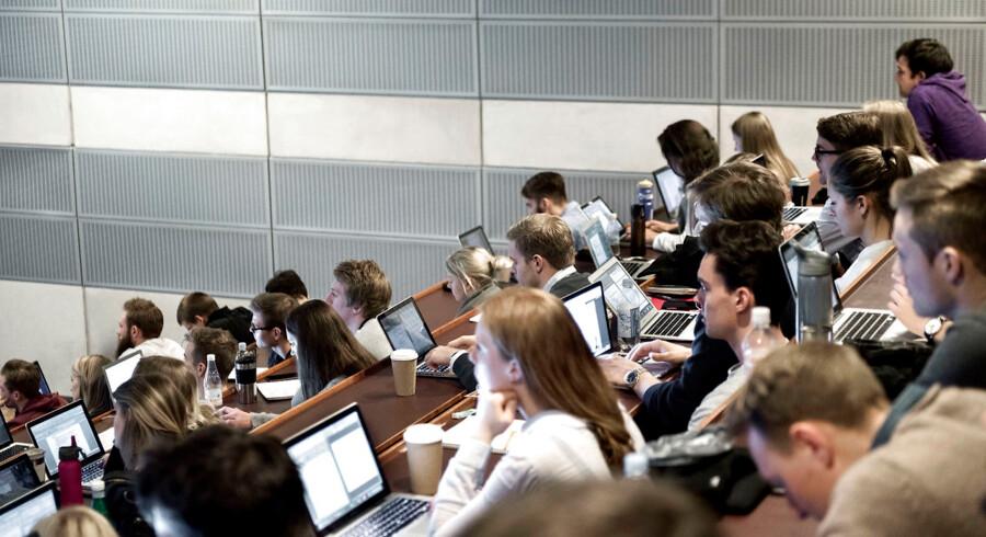 Landets uddannelsesinstitutioner oplever at skulle spare penge i disse år. Her ses universitetsstuderende i København.