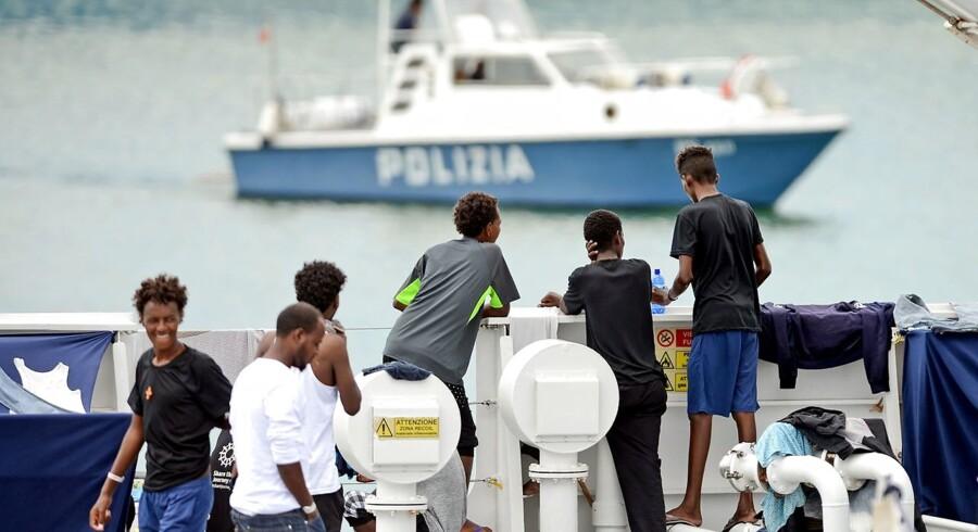 Migranter på dækket af den italienske patruljebåd »Diciotti«, som i august blev offer for indenrigsminister Matteo Salvinis blokade og måtte vente dagevis på at få lov til at lægge til kaj.