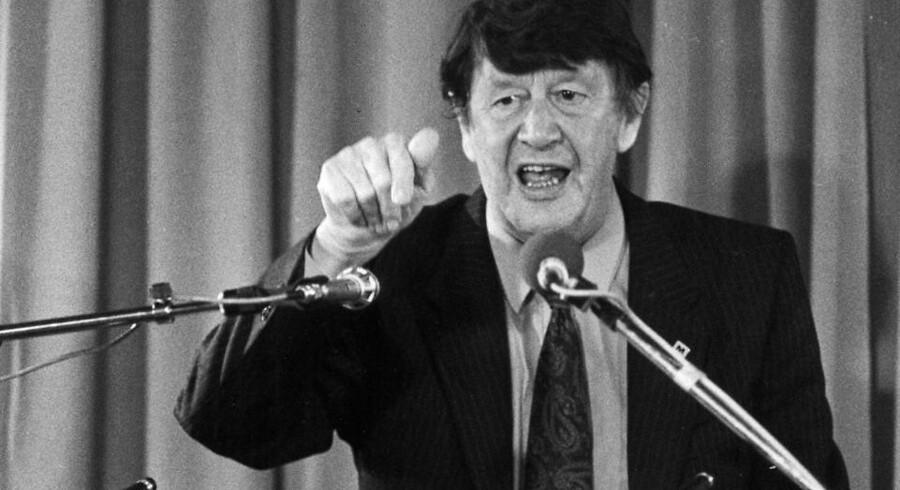 Erhard Jacobsen kunne om nogen bemægtige sig en talerstol - og når han først kom i gang, var han nærmest selvantændende. Her er det ved et CD-landsmøde i Aalborg.