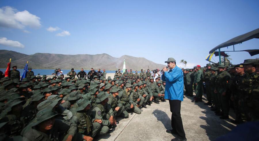 Søndag talte Nicolas Maduto til tropper på en flådebase i det nordlige Venezuela. Donald Trump har flere gange sagt, at han ikke vil udelukke en militær intervention i Venezuela. Billedet stammer fra det venezuelanske styre.