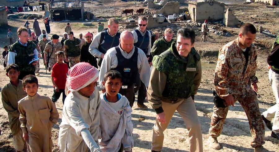 Daværende statsminister Anders Fogh Rasmussen besøger de danske styrker i Irak i februar 2004. Forud var gået et tiår med dansk krigsdeltagelse, som nu er blevet undersøgt af en uvildig gruppe forskere, der tirsdag præsenterer deres resultater (Arkivfoto: Atef Hassan/Ritzau Scanpix).