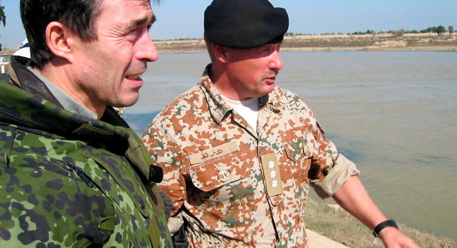 Daværende statsminister Anders Fogh Rasmussen (V) besøgte de danske styrker i Irak 1. februar 2004. Udredningen om baggrunden for Danmarks militære engagement i Kosovo, Irak og Afghanistan blev fremlagt tirsdag. Foto: Atef Hassan/Ritzau Scanpix