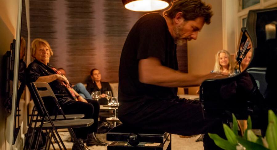 Jazz-trioen Karsten Dahl Trinity spiller i en villa i Vanløse. Og de er langt fra de eneste musikere, der giver koncert i private hjem. Det er en tendens, der ikke kun slår igennem inden for musikken, men også ses inden for andre kunstarter.