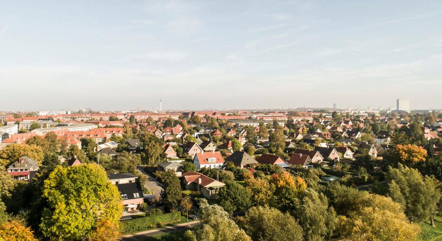 Nye lånemodeller giver adgang til friværdien i en ejerbolig mod at afgive en del af de kommende prisstigninger. Arkivfoto af villakvarter ved Damhusengen i København.