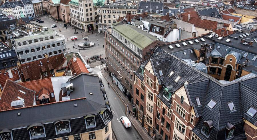 Københavns Kommune arbejder med forskellige scenarier, der vil mindske biltrafikken i den såkaldte Middelalderbyen. Den mest indgribende model vil reducere biltrafikken med 75-85 procent, blandt andet ved at forhindre adgang for håndværkere, taxaer og busser. Her er et stykke af Middelalderbyen fotograferet fra Københavns Domkirkes tårn.