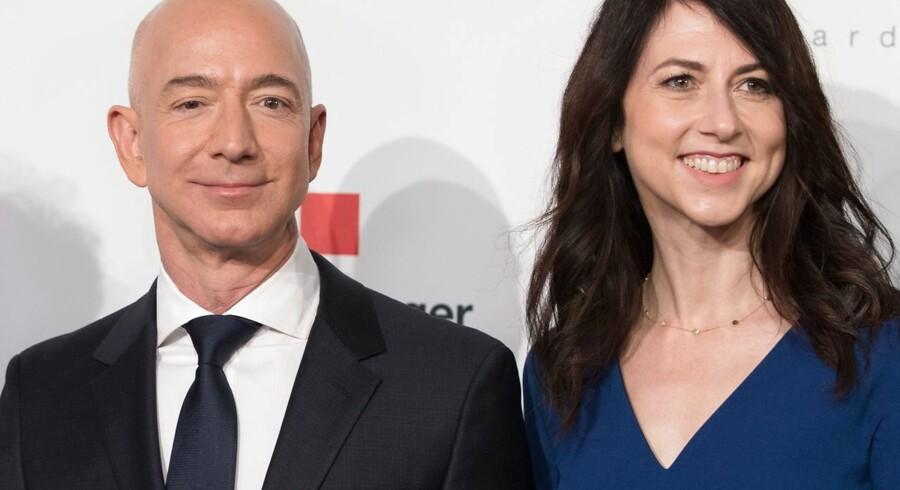 Jeff og Mackenzie Bezos er her fotograferet sammen i april. De blev gift i 1993 og var verdens rigeste ægtepar. I sidste måned kunne National Enquirer offentliggøre Bezos' sexts til sin elskerinde, Lauren Sanchez. Hvor fik bladet de pågældende sexts fra? Motiverne var politiske, siger Bezos' sikkerhedschef nu.