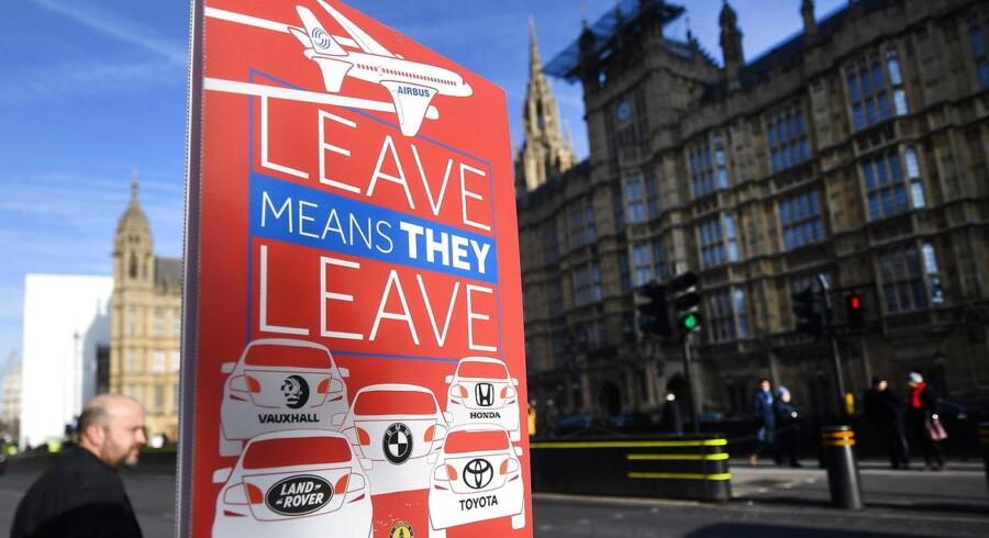 Foran parlamentet i London advarer en pro-EU-plakat mod, at bil- og flyindustrien vil flytte deres hovedkvarterer væk fra London, der eller har haft status som centrum for de store koncerners europæiske hovedkvarter. Foto; Andy Rain/EPA/Ritzau Scanpix