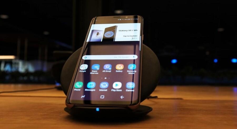 Samsungs nye Galaxy-telefoner – her en nuværende model – bliver præsenteret senere på måneden og vil blive udstyret med den nyeste, trådløse teknologi, selv om man lige nu ikke får så megen glæde af den. Arkivfoto: Spencer Platt, Getty Images/AFP/Ritzau Scanpix