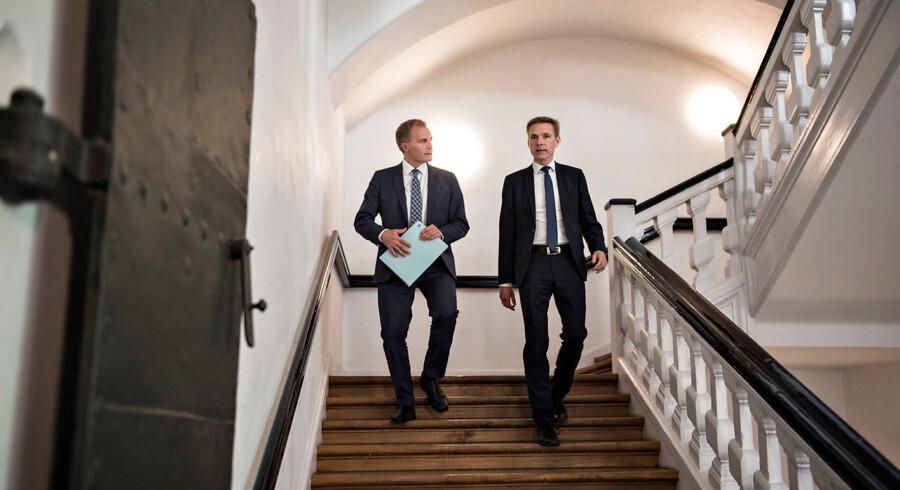 Det går nedad i meningsmålingerne for Dansk Folkeparti, der risikerer at miste en pæn portion af sine mandater på Christiansborg. Her ses gruppeformand Peter Skaarup og partiformand Kristian Thulesen Dahl.