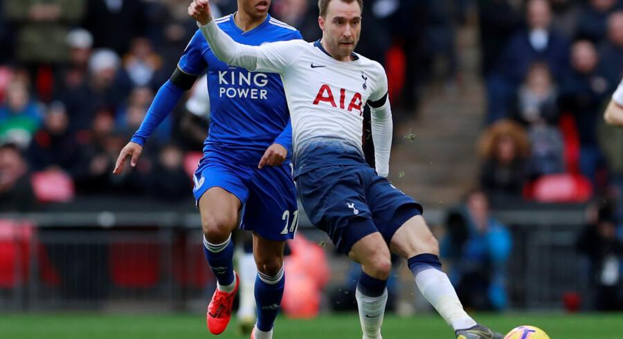 Tottenhams Christian Eriksen havde en afgørende fod med i to mål i søndagens 3-1-sejr over Leicester i Premier League. Det er Leicester-spilleren Youri Tielemans, der ses bag danskeren. Andrew Couldridge/Ritzau Scanpix
