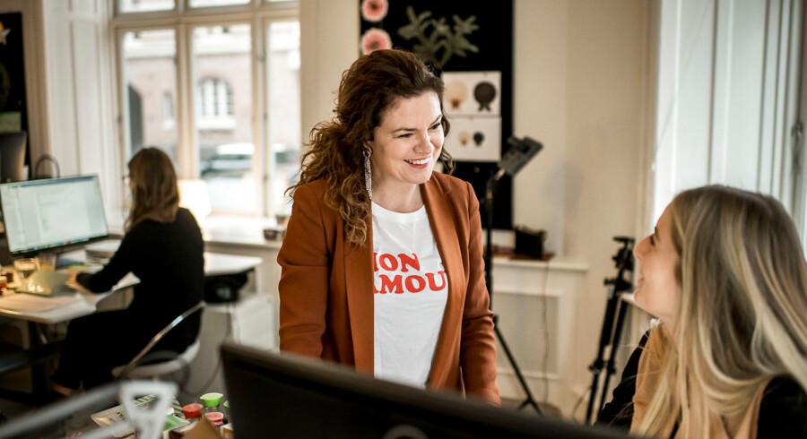 Hvad koster det at droppe ens barsel for at pleje ens karriere? Netop dette gjorde Julia Lahma i sin tid, da hun blev mor. Her er hun fotograferet i sit firmas domicil i indre København.