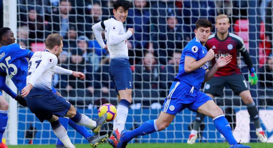 Tottenhams Christian Eriksen scorede til 2-0 på et flot langskud i søndagens kamp hjemme mod Leicester og Kasper Schmeichel, der kan skimtes på stregen. Andrew Couldridge/Ritzau Scanpix
