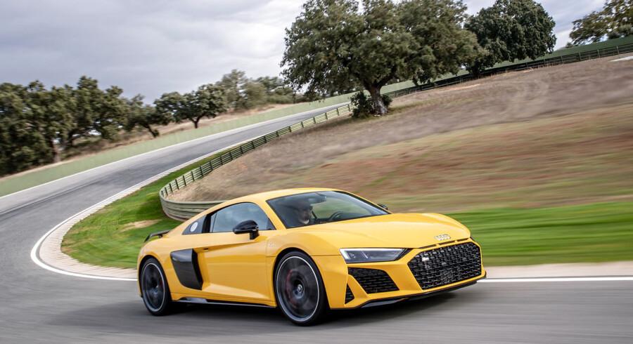R8 er i denne endelige aftapning Audis bud på en klassisk centermotoriseret sportsvogn med en stor V10-benzinmotor uden turbo, som gladeligt spinder med over 8.000 o/min.