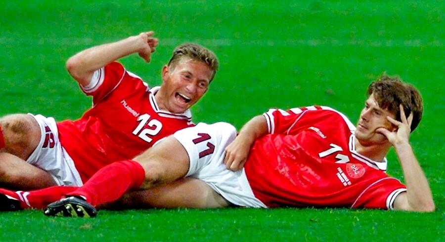 Søren Colding og Brian Laudrup fejrer Brian Laudrups scoring til 2-2 i kvartfinalen mod Brasilien ved VM i 1998.