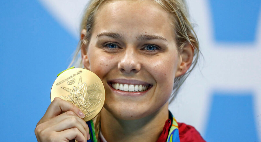 »Operationen er gået godt, og jeg er meget glad for, at jeg fik foretaget indgrebet,« fortæller Pernille Blume. Her ses hun på podiet efter at have vundet 50 m freestyle ved OL i Rio i 2016. AFP PHOTO / Odd Andersen