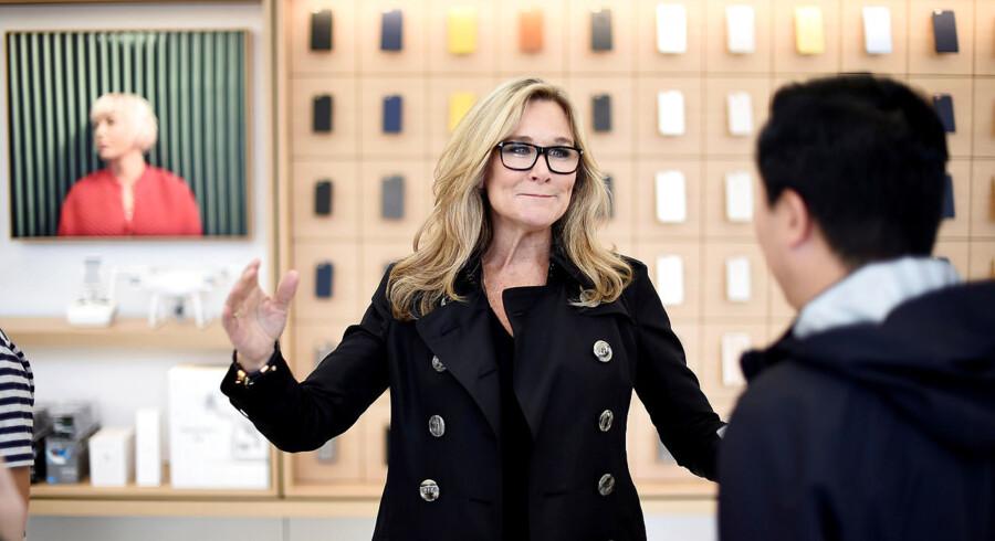 Angela Ahrendts, der har været Apples detailchef siden 2014, fratræder til april efter fem år efter at have nytænkt teknologigigantens detailkoncept til at være mere oplevelsesbaseret. »Jeg er et formålsdrevet menneske. Jeg kan ikke lide ordet 'arbejde'. Jeg vil have gennemslagskraft. Jeg vil gøre en forskel,« udtalte hun sidste år på en ledelseskonference.