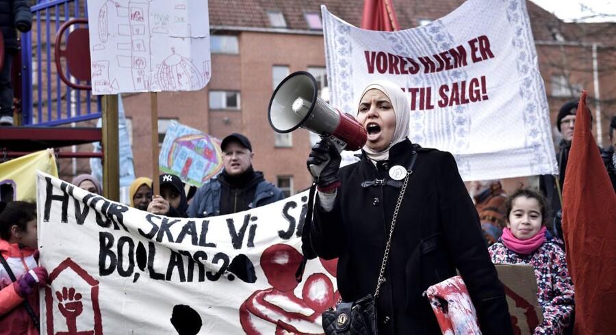 I lørdags demonstrerede gruppen »Almen Modstand Mjølnerparken« mod boligorganisationen Bo-Vitas planer om at sælge omkring 300 boliger i Mjølnerparken i København, hvilket kan betyde, at mange familier skal flytte fra området. Bo-Vitas forslag kommer, i forlængelse af at et bredt flertal på Christiansborg sidste år besluttede, at der maksimalt må være 40 procent familieboliger i de såkaldte »hårde ghettoområder«.