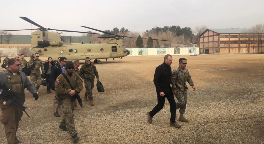 Den fungerende amerikanske forsvarsminister besøgte soldater i Afghanistan, umiddelbart inden Natos forsvarsministermøde i Bruxelles onsdag og torsdag. Han bekræfter nu de allierede lande i, at Nato skal træffe fælles beslutninger om styrker i Afghanistan. Idrees Ali/Reuters