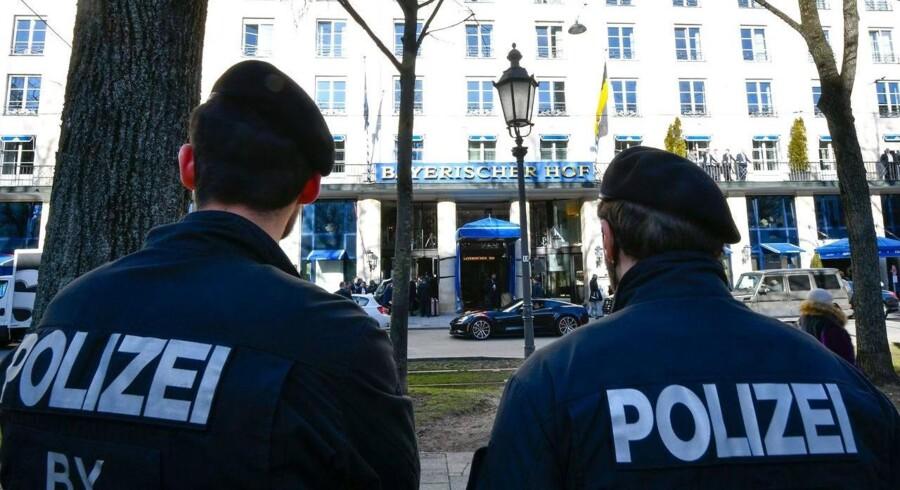 Tysk politi står klar uden for Hotel Bayerischer Hof i forbindelse med den store sikkerhedspolitiske konference, der afholdes i München, hvor spidserne inden for international sikkerheds- og forsvarspolitik mødes hvert år.