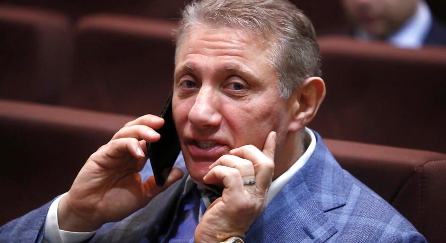 Boris Rotenberg, der er en af Ruslands rigeste personer, er utilfreds med, at flere storbanker nægter at håndtere hans betalinger.