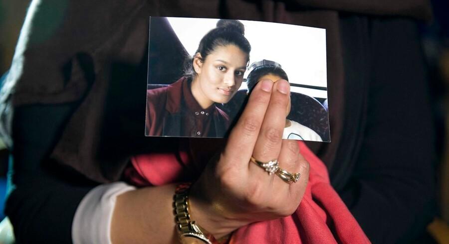 Shamima Begum er nu 19 år og vil gerne efter fire år i kalifatet hjem til London. Her er hun på et billede før sin afrejse. Det er hendes søster, som holder billedet, der viser Shamima Begum før radikalsiering og uden burka og slør. Arkivfoto: Laura Lean/AFP/Ritzau Scanpix