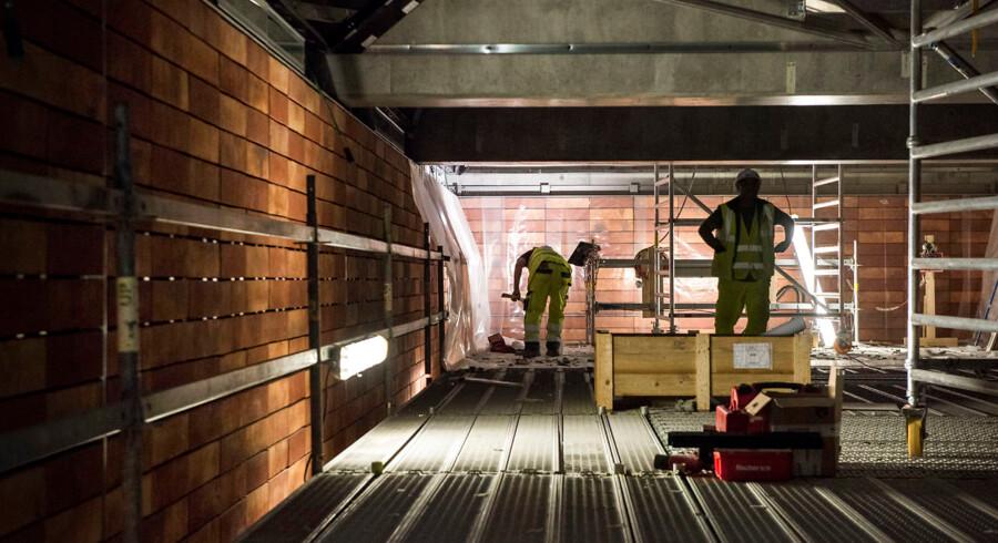 Der er brug for travlhed på metrostationerne rundt om på den nye Cityringen i København for at nå tidsfristen for den planlagte åbning. Men Metroselskabet og den italienske entreprenør strides blandt andet om arbejdet med beklædningen af stationerne, og det kan udløse forsinkelser.