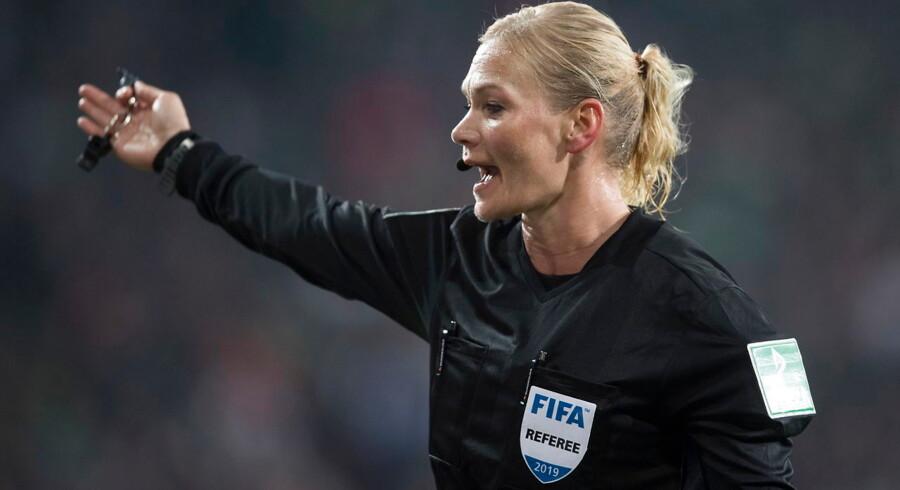 Den statsejede iranske TV-kanal valgte fredag aften med kort varsel at droppe den planlagte transmission fra den tyske Bundesliga. Forklaringen var en kvinde i korte bukser.