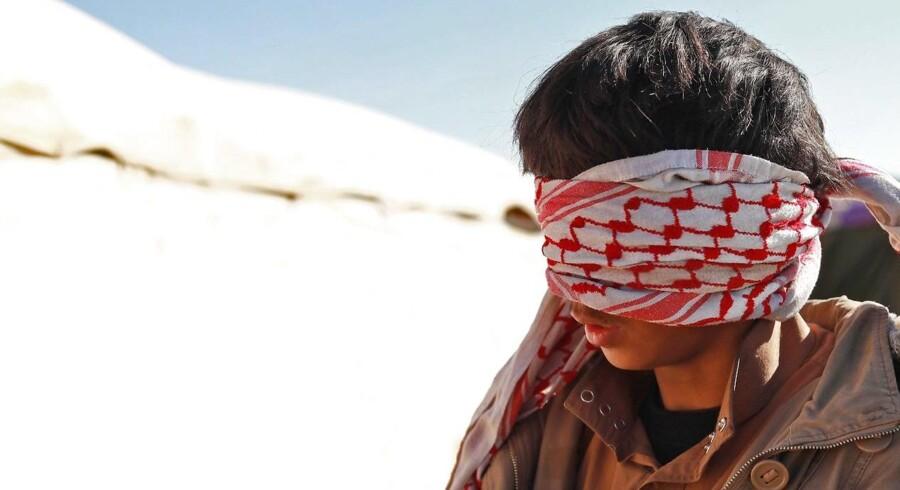 En ung mand sat i forbindelse med Islamisk Stat – med bind for øjnene – taget til fange af amerikansk støttede styrker i SDF (syriske demokratiske styrker) i det østlige Syrien.