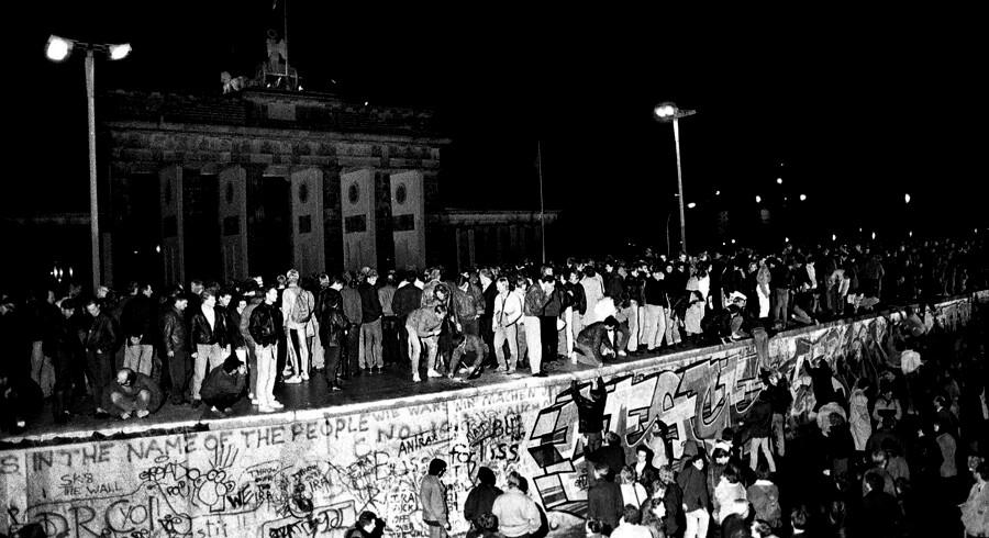 I november 1989 var der stadig ingen, der turde drømme om, at Berlinmuren kunne falde. Og selv da det skete, stirrede mange med vantro på begivenhederne. Her er de fem bøger, du skal læse i 30-året for murens fald for at forstå, hvorfor det utænkelige kunne ske – både i Østtyskland og Central- og Østeuropa.