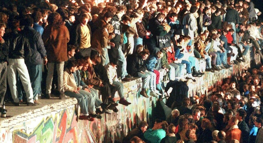 »I år er det 30 år siden, Berlinmuren faldt. Dengang profeterede man, at menneskerettighederne snart ville stråle over alverdens folkeslag. Det er ikke sket; liberale værdier har stort set ingen universel appel,« skriver kulturforsker Kasper Støvring.
