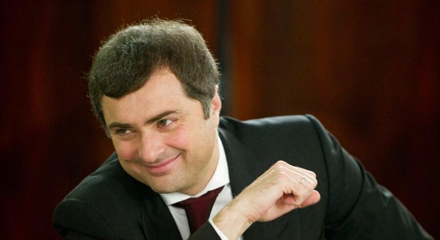 Vladislav Surkov har erklæret, at det 21. århundrede tilhører Putin. Vestens putinister skal stramme sig an for at nå det høje niveau for, hvordan Putin skal måles og vurderes som en historisk figur af dimensioner mellem zar, politisk geni og frelser af Guds nåde.