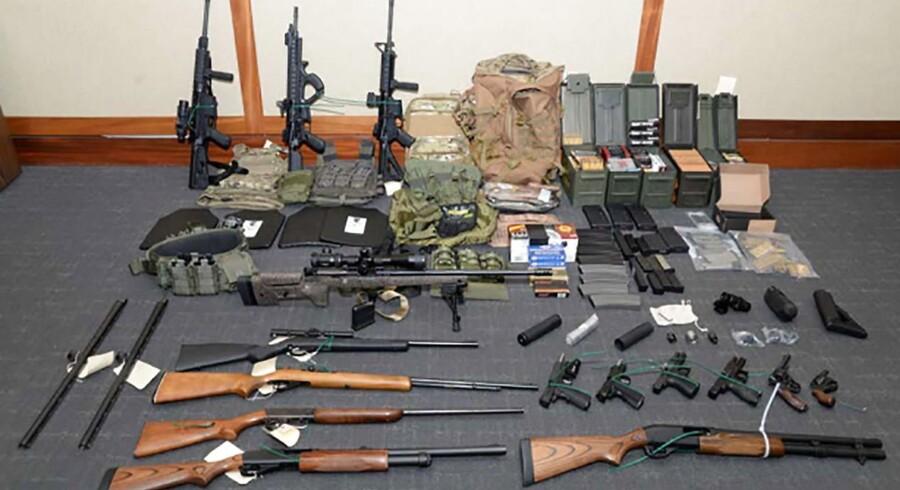 Våben tilhørende den nu anholdte amerikanske mand, der mistænkes for terrorplaner i USA.