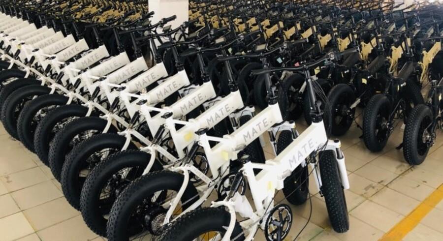 El-cykler af modellen Mate X venter på at blive pakket på en fabrik et sted i Kina.
