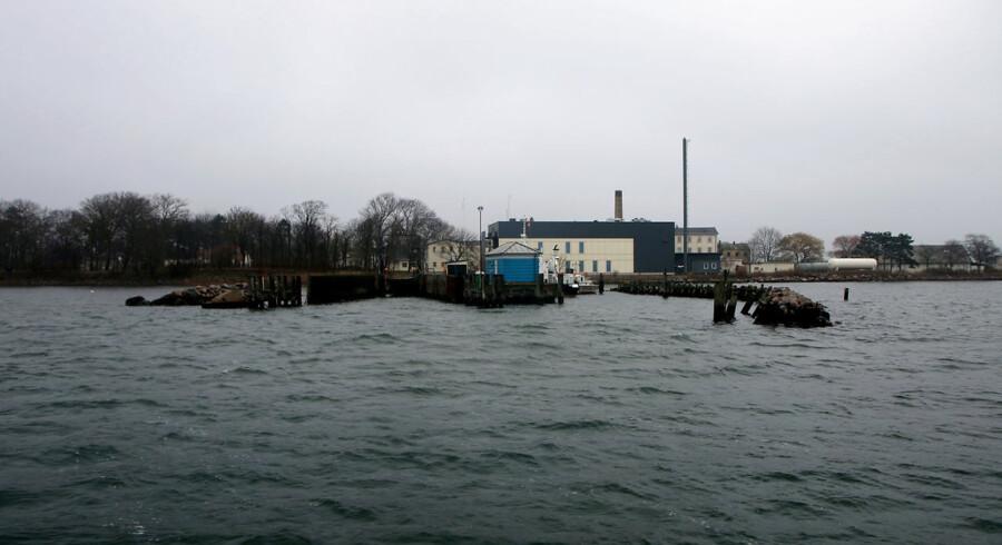 Det giver ingen mening at placere nogen som helst på en meget lille ø på kun fire hektar, når de sejles i land hver dag fra tidlig morgen til sen aften, skriver Joachim Brix-Hansen fra Alliancen mod udrejsecenter Lindholm.