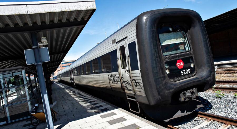 Jeg forstår simpelthen ikke, hvordan det både er billigere og hurtigere at flyve til »Nordens Paris« fra hovedstaden, end det er at tage toget - især i disse tider, hvor klimaet står så højt på dagsordenen, skriver Martin Voergaard.