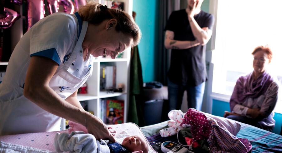 Manuela Blonk er en professionel barselshjælper, der hjælper nyfødte Anna og hendes forældre i otte dage efter fødslen.